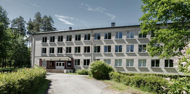 Бывшее Яунгулбенское профессиональное училище самоуправление переняло у государства, поскольку здание было утеплено. Предполагается, что обитателями пансионата будут в основном рижане. Фото: Рейнис Хофманис